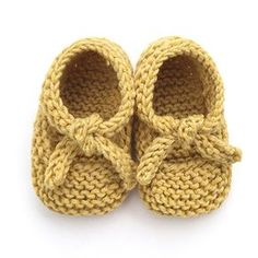 Learn how to Make these cute Knitted Baby Shoes made with GARTER stitch. Balleri… Learn how to Make these cute Knitted Baby Shoes made with GARTER stitch. FREE Step by Step Pattern & Tutorial. Very EASY! Knitted Baby Boots, Crochet Baby Socks, Knit Baby Shoes, Knitted Baby Cardigan, Baby Pullover, Knitted Booties, Crocheted Slippers, Booties Crochet, Knit Vest