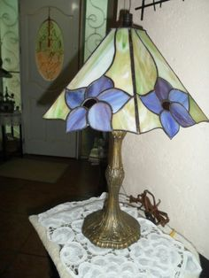 Stained Glass Lamp Shades, Stained Glass Table Lamps, Stained Glass Flowers, Stained Glass Crafts, Stained Glass Designs, Stained Glass Panels, Stained Glass Patterns, Leaded Glass, Mosaic Glass