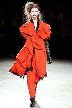 Yohji Yamamoto Fall 2009 Ready-to-Wear Fashion Show - Anna de Rijk