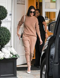 Youthful: Olivia Culpo, was back to her old style tricks as she looked positively glowing leaving Epione skin care center in Los Angeles, California on Monday Chill Outfits, Short Outfits, Trendy Outfits, Fashion Outfits, Rihanna Style, Style Finder, Olivia Culpo, Model Street Style, Kendall Jenner Outfits