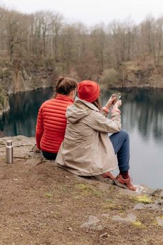 Hiking-Outfits für Alltagsabenteuer und die Outdoor-Community von Outside Stories! | New Moon Club Wander Outfits, Surf Poncho, New Moon, Crochet Patterns, Outdoor, Couple Photos, Kpop, Club, Girls