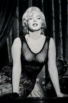 Marilyn Monroe singing 'I'm Thru With Love' for the film Some Like It Hot, Style Marilyn Monroe, Arte Marilyn Monroe, Marilyn Monroe Photos, Marilyn Monroe Movies, Classic Hollywood, Old Hollywood, Amazing Women, Beautiful Women, Greta