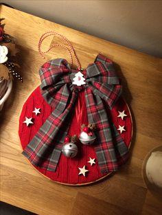 Fuoriporta natalizio  Elena crippa Christmas Door Decorations, Christmas Ornaments To Make, Christmas Sewing, Christmas Makes, Felt Christmas, Homemade Christmas, Christmas Projects, Christmas Pebble Art, Embroidery Hoop Crafts
