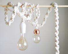 Um projeto fácil e divertido para deixar sua casa mais linda! Você vai precisar de: Corda de tecido (a espessura é opcional - para 4,5m de luminária você precisa de 30m da corda grossa e 70m corda fina ) Fio paralelo de energia ( 4,5m comprimento) Kit Soquete Vaso redondo…
