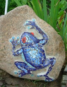 Mosaik basteln - Stein-Mosaik im Garten mosaic crafts instructions blue frog ideas Mosaic Crafts, Mosaic Projects, Mosaic Art, Mosaic Glass, Art Projects, Stained Glass, Mosaic Tiles, Glass Art, Mosaic Birdbath