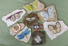 How to Mosaic Garden Stones - Silva Hayes A mix of vintage china, jewelry and stained glass Mosaic Rocks, Stone Mosaic, Mosaic Glass, Glass Art, Stained Glass, Mosaic Crafts, Mosaic Projects, Mosaic Ideas, Diy Projects