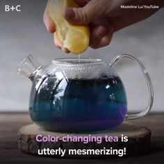 Color-Changing Tea Is Totally Mesmerizing Looks like your mermaid tea dreams just came true.Looks like your mermaid tea dreams just came true. Bebidas Do Starbucks, Cuisines Diy, Good Food, Yummy Food, Cooking Recipes, Healthy Recipes, Hot Tea Recipes, Yummy Drinks, Food Hacks