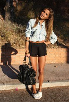 Short jean noir décontractée tenue quoi porter avec une chemise en jean look avec chemise en jean