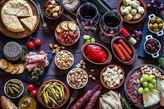 Make These 10 Spanish Tapas for a Great Party Tapas are Spain's appetizers and are eaten day or night. Enjoy these top 10 tapas recipes as drinking snacks or combine them for a meal at home. Menu Tapas, Tapas Platter, Tapas Dinner, Tapas Party, Cuban Party, Antipasto Platter, Spanish Appetizers, Appetizers For Party, Spanish Dinner