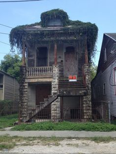 Abandoned house in New Orleans. There used to be stables behind this . (Really wish I had the money to renovate and revitalize old houses) Old Abandoned Buildings, Abandoned Property, Abandoned Castles, Abandoned Mansions, Old Buildings, Abandoned Places, Spooky Places, Haunted Places, Photo Post Mortem