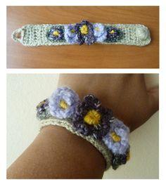 Pulsera tejida a crochet con aplicación de flores