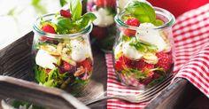 Salat mit Himbeeren, Mozzarella und Pinienkernen ist ein Rezept mit frischen Zutaten aus der Kategorie Kräuter. Probieren Sie dieses und weitere Rezepte von EAT SMARTER!