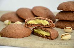 """I biscotti al cacao e crema al pistacchio sono la """"coccola"""" che cercate. Sono facilissimi da preparare e si sciolgono in bocca. Provateli e poi mi direte!"""