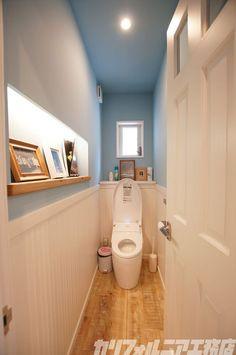 SURFER'S HOUSE in 鵠沼海岸 | カリフォルニア工務店 Bathroom Wall Decor, Laundry In Bathroom, Washroom, Bathroom Toilets, Bathroom Renos, Standing Shower, Toilet Design, Toilet Tiles, Space Saving Bathroom