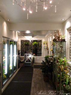 Atelier Lukas Fleuriste Oversized Mirror, Plants, Furniture, Home Decor, Bouquet Of Flowers, Floral Arrangements, Urn, Atelier, Decoration Home