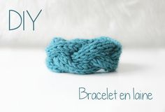 Knitted bracelet free pattern in French (with lots of great photos of each stage) from Maiden vs Caudalie Matilda, Knit Bracelet, Craft Stalls, Diy Accessories, Ankle Bracelets, Diy Projects To Try, Knitting Projects, Handicraft, Baby Knitting