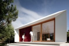 Customizable prefab home that costs about as much as a car. The prefabricated Mima house in Portugal, designed by Mima Architects, is modular in nature and features an internal grid system that can be changed around between privacy and openness as needed. Prefab Homes Cost, Modular Homes, Modular Housing, Mima House, Japanese Architecture, Architecture Design, Prefabricated Houses, Modular Design, Japanese House