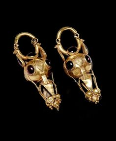 Roman gold earrings with granate cabochons. 1st - 3rd century A. D.