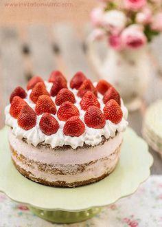 Receta con fotos paso a paso de tarta de fresas con nata, tipo naked cake, con bizcocho genovés, nata montada y fresas. Con consejos para que salga perfecta