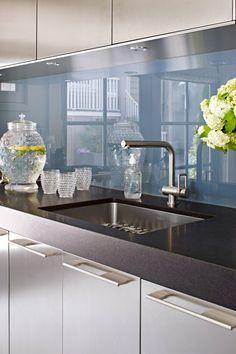 48 Beautiful Kitchen Backsplash Ideas for Every Style Modern Kitchen Backsplash, Glass Kitchen, Kitchen Countertops, Granite Countertop, Kitchen Decor, Kitchen Sink, Granite Edges, Kitchen Soffit, Stone Kitchen