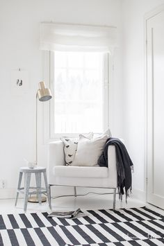 gestreept vloerkleed - wit - stripes - white Apartment Interior, Home Interior Design, Scandinavian Home Interiors, Gallery Wall Living Room, Home, Living Room Lounge, White Interior, Beautiful Living Rooms, White Interior Design