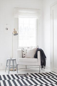 gestreept vloerkleed - wit - stripes - white Scandinavian Home Interiors, Scandi Home, Scandinavian Living, White Interiors, Black And White Interior, White Interior Design, Interior Design Inspiration, Stylish Interior, Living Room Lounge