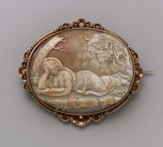 Brooch - late 19th century. Gold and shell.