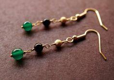 今年の秋のトレンドカラー、グリーンの天然石メノウのピアス。大きさの違う3つのビーズを、ワイヤーワークで丁寧につなげました。グリーン×ブラック&ti...|ハンドメイド、手作り、手仕事品の通販・販売・購入ならCreema。 Ear Jewelry, Beaded Jewelry, Jewelry Making, Earrings Handmade, Handmade Jewelry, Wooden Jewelry, Bead Earrings, Handmade Accessories, Designer Earrings
