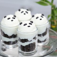Layered with homemade vanilla pudding, crushed Oreos & toppe… Panda Pudding Cups! Layered with homemade vanilla pudding, crushed Oreos & topped with a scoop of whipped cream Panda Themed Party, Panda Birthday Party, Panda Party, 9th Birthday, Cake Birthday, Panda Cupcakes, Cute Desserts, Delicious Desserts, Yummy Food