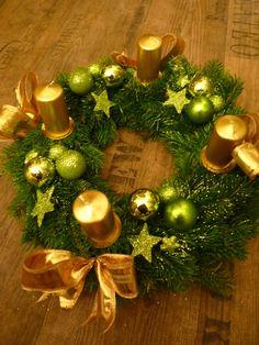 Zlato-zelený chvojový adventní věnec, zlaté svíčky, zelené a zlaté skleněné kouličky, třpytky, hvězdičky, zlatá stuha, průměr cca 25 cm. www.rosmarino.cz