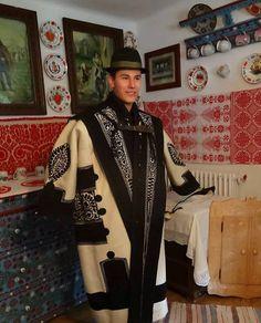 Magyar népviseletek - Kalotaszegi cifraszűr - Kalotaszentkirály - Erdély Folk Costume, Costumes, Hungarian Embroidery, Folk Clothing, Folk Music, Embroidery Patterns, Floral Embroidery, Chain Stitch, Hungary