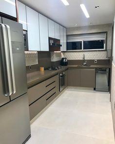 Cozinha em L: 70 modelos funcionais para incorporar no seu projeto Modern Kitchen Renovation, Modern Kitchen Interiors, Contemporary Kitchen Design, Modern Kitchen Cabinets, Home Decor Kitchen, Interior Design Kitchen, Kitchen Cupboard Designs, New Kitchen Designs, Kitchen Modular