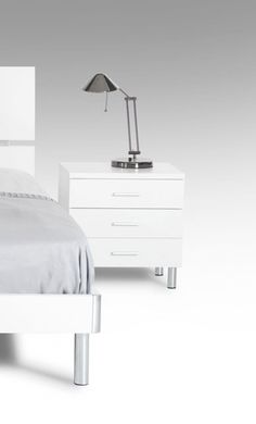 Modrest Bravo Modern White Night Stand - VGDEB1010-WHTProduct :16631Features :White Matte FinishBrushed Silver Metal Handles and Legs3 DrawersNo Assembly RequiredDimensions :Night Stand :W20