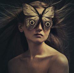 El mundo surrealista de Flora Borsi