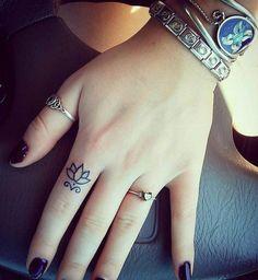 Une fleur de lotus minimaliste sur le dessus du doigt