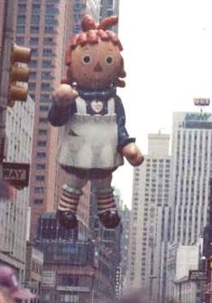 Macy's Thanksgiving Parade Balloons Part 2 1984 Macys Erntedankfest-Parade ~ Raggedy Ann Ballon Macys Thanksgiving Parade, Vintage Thanksgiving, Thanksgiving Parties, Happy Thanksgiving, Raggedy Ann And Andy, Helium Balloons, Vintage Toys, Festivals, Childhood