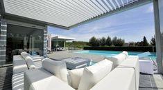 pergola moderne bioclimatique, adossée à une maison haut de gamme, style contemporain