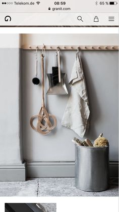 Flur It is not only practical, but also really decorative: the good old hook or Wardrobe rail. Decoration Hall, Wardrobe Rail, Old Chairs, Cafe Chairs, White Chairs, Dining Chairs, Long Hallway, Wooden Pegs, Slow Living