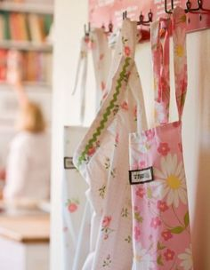 Vintage sheet aprons... Great idea!!! I want to go thrift shopping... If I don't make an apron I'll use the sheets for a tablecloth!!! ;-)