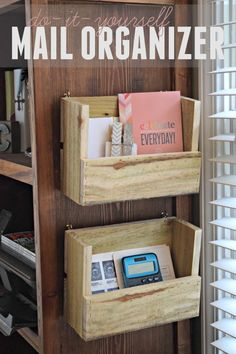 Use Pallet Wood Projects to Create Unique Home Decor Items Mail Organizer Wall, Diy Drawer Organizer, Desk Organization Diy, Diy Desk, Organizing Life, Unique Home Decor, Home Decor Items, Diy Pallet Projects, Woodworking Projects