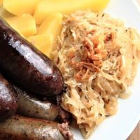 Recept : Jitrnice a jelítka servírovaná s podušeným zelím a vařeným bramborem | ReceptyOnLine.cz - kuchařka, recepty a inspirace Meat Products, Sausage, Food, Kitchens, Sausages, Essen, Meals, Yemek, Eten