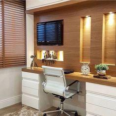 Assim fica fácil de trabalhar né ??? Home office onde a madeira e iluminação se destacam por deixar ambiente super aconchegante ..