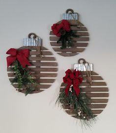 Large Christmas Decorations, Christmas Decorating Themes, Farmhouse Christmas Ornaments Diy, Diy Christmas Wall Decor, Christmas Wood Decorations, Large Christmas Ornaments, Xmas Baubles, Christmas Décor, Decorating Hacks
