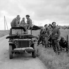 Men Of The 2 6th Queen S Regiment Read A Local Newspaper In Their