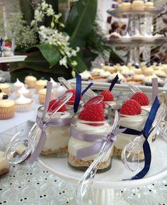 mesa de postres Dessert Shots, Dessert Bars, Dessert Table, Sweet Jars, Candy Bar Wedding, Poke Cakes, Candy Party, Mini Foods, Mini Desserts