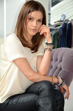 Aktorka Agnieszka Kawiorska w biżuterii Fuerza. Fuerza #fuerza #aktorka #actress #collection #kolekcja #fashion #stylization #woman #kobieta #beautiful #look #bransoletki #bransoletka #bracelets #bracelet #jewelry