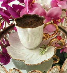Nadire Atas on Cafe , Tea, Desserts and Lovely Flowers 🌷❄ Coffee And Books, I Love Coffee, Coffee Set, Coffee Break, Coffee Drinks, Coffee Cups, Dark Chocolate Brands, Chocolates, Cocoa Drink