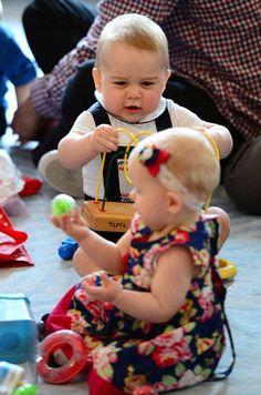 príncipe bebe brinca com uma criança.