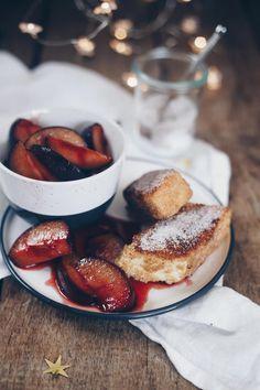 süße Grießschnitten mit karamellisierten Pflaumen Yummy Recipes, Cupcakes, Camembert Cheese, Panna Cotta, French Toast, Baking, Breakfast, Ethnic Recipes, Desserts