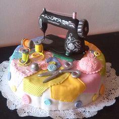 Torta para costurera o modista Fondant Cake Designs, Fondant Cakes, Cupcake Cakes, Sewing Cake, Sewing Machine Cake, Fancy Cakes, Cute Cakes, Knitting Cake, Quilted Cake